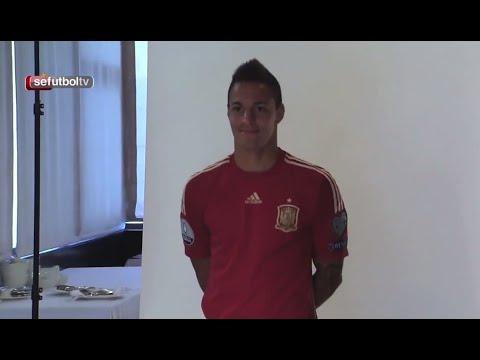 Rodrigo Moreno y Juan Bernat posan con la camiseta de la Selección española