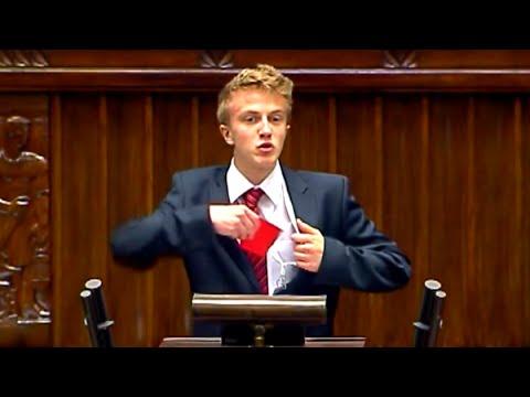 Młody pokazuje czerwoną kartkę posłom w Sejmie!