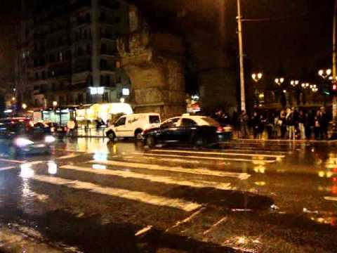 THESSALONIKI GREECEΘΕΣΣΑΛΟΝΙΚΗ Απο Στασεις μιας Πολης Στην Καμαρα Ανθρωποι και Αυτοκινητα Στην Εγναντιαςνυχτα βροχη 26 Νοεμβριου 2010By ARTPOETICACOUVELIS