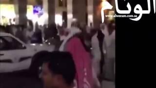 """بالفيديو…موظف بلدية بالمدينة يتهجم على """"بساطة"""" بالعقال"""