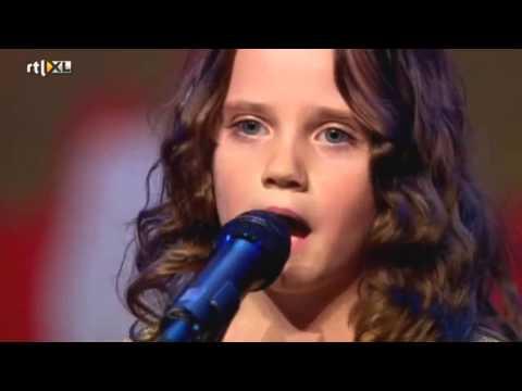 9-latka śpiewa arię operową