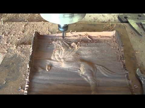 Fresadora Router Cnc usinando cavalinho em madeira