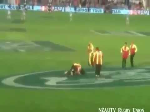 Peladona invade jogo de rúgbi, dá um belo drible, mas leva o 'tackle'