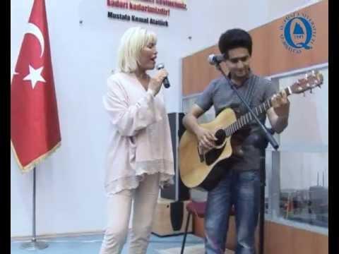 Ajda Pekkan Qafqaz tələbəsi ilə duet oxudu
