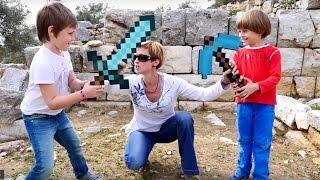 Маинкрафт испытания. Битва и Квест из игрушек minecraft. Маша, Арсений и Адриан
