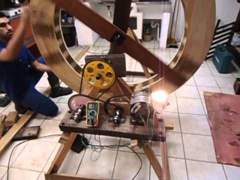 Roda d'água gerando energia