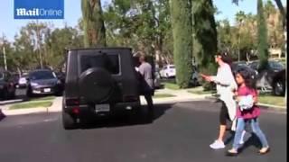بالفيديو: كيم كارداشيان بأغرب طلة وغضب كانييه ويست من ملاحقة المارة
