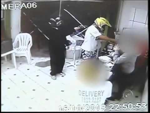 Policial mata Assaltante em pizzaria atirando do lado 17/10/2013