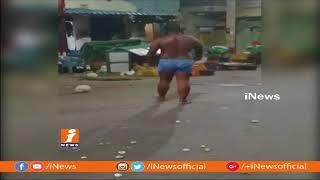 మద్యం మత్తులో నడి రోడ్డులో వీరంగం సృష్టించిన టీటీడీ ఉద్యోగి కుమార్ in Tiruchanur | iNews - INEWS