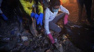 Priyanka picks garbage for Clean India campaign - IANSINDIA