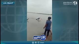 هندي يقفز في البحر لإخراج سياره بعد غرقها