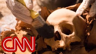 Crawl inside a 3,500-year-old Egyptian tomb - 360 Video - CNN