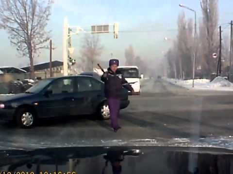 رجل مرور يصطدم بشاحنة ويعود إلى العمل !