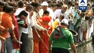 Rajnath and Uma Bharti get hands dirty l Clean Gomti drive initiated - ABPNEWSTV