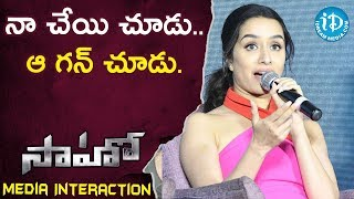 నా చేయి చూడు.. ఆ గన్ చూడు -  Shraddha Kapoor || Saaho Movie Team Media Interaction - IDREAMMOVIES