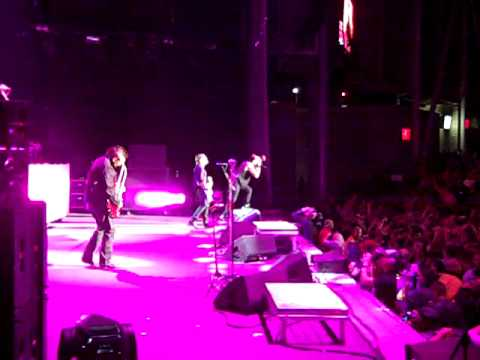 Three Days Grace live