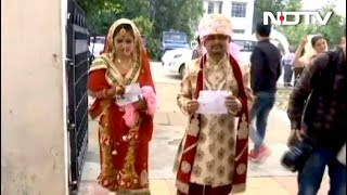 नवविवाहित जोड़े ने किया मतदान - NDTVINDIA