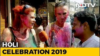 Foreign Tourists Celebrate Holi In Delhi - NDTV
