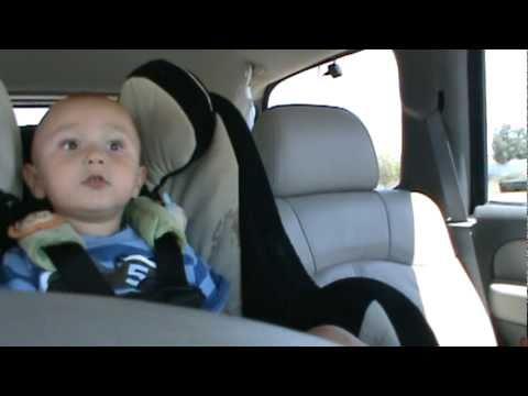 Beba peva pesmu Lejdi Gage