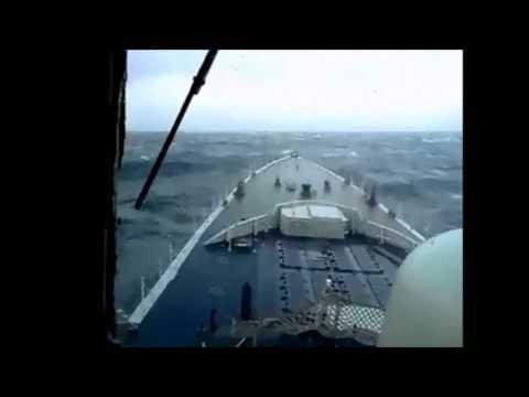 Američki ratni brod vs. Ogromni val