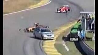 F1マシンがセーフティカーのドアを吹き飛ばす。もう少し遅いと危なかったな。