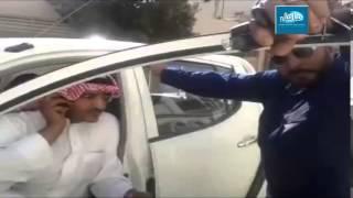 بالفيديو .. سعودي يحتجز سيارة شركة الكهرباء .. و السبب؟