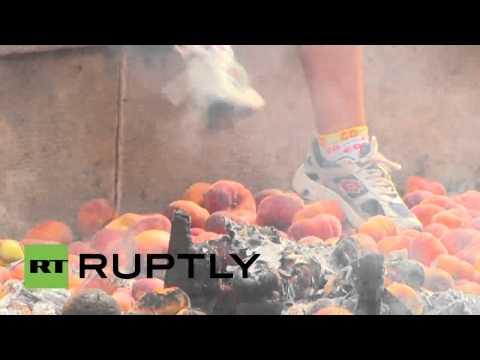 Agricultores de Cataluña queman la bandera de la UE en una hoguera de melocotones