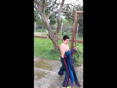 Niño gordito bailando con un tubo