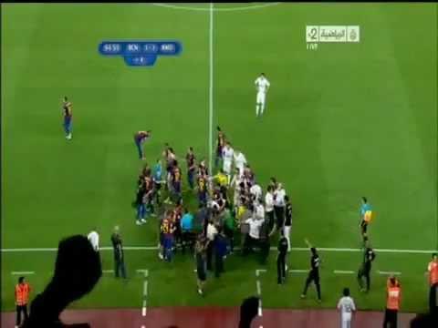 طوشة ريال مدريد وبرشلونة (نهائي كاس السوبر ) !!.flv