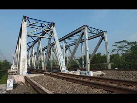 membosankan!!! melihat kereta api keluar masuk jembatan besi