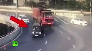Toddler miraculously survives after falling out of a van on a highway - RUSSIATODAY