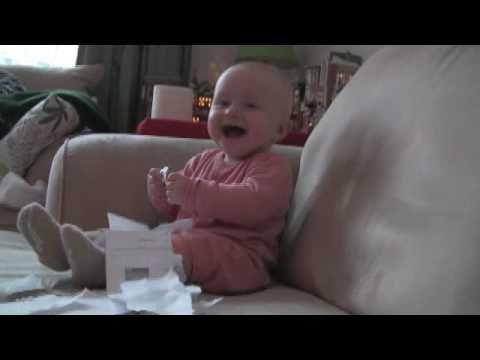 תינוק נקרע מצחוק מקריעת נייר