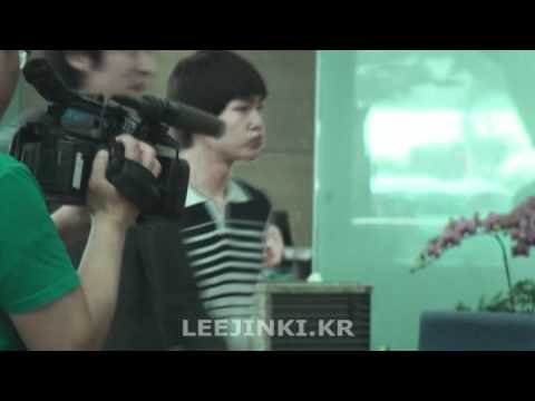 [FANCAM] 110608 Marine Boy Onew in white shorts+stripy polo smiling @ Incheon Airport (OTW to Paris)