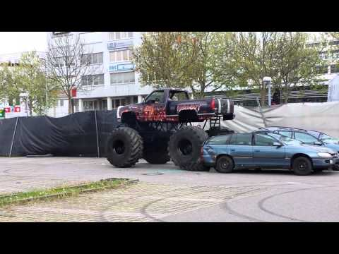 Monster Car versus zwei Opel Omega