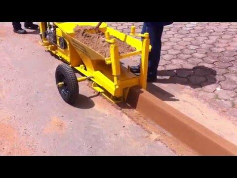Máquina extrusora de meio fio e sarjeta. Site: www.mcmaquinas.ind.br