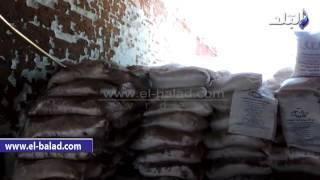 بالفيديو والصور.. ضبط 95 طن أسمدة زراعية وملح طعام غير صالح بمصنع بالبحيرة
