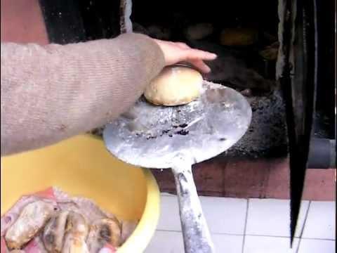 Pão em forno de lenha.MP4