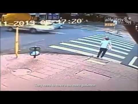 امرأة تصدمها مؤخرة سيارة وتقذفها بعيدا...وتنجو