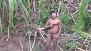 فيديو.. هنود حمر يخرجون من الغابة لأول مرة