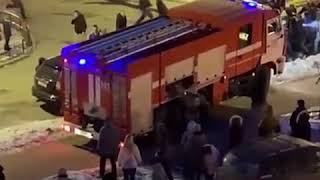 People drag cars out of the way of firetruck responding to emergency - RUSSIATODAY