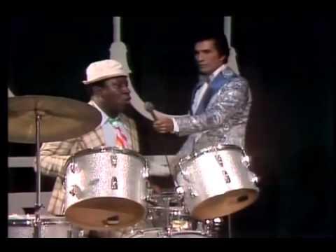 Mussum tocando bateria