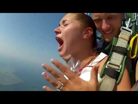 Video: Russian extreme girl - Reaction the girl on a parachute jump
