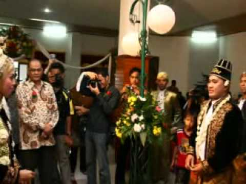 Prosesi Adat Jawa dalam Resepsi Pernikahan Ifadah dan Bobby