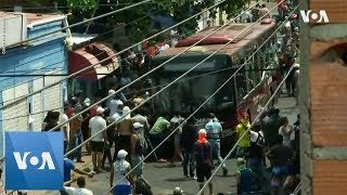 Venezuelan Protesters Attempt to Topple Bus Near Colombian Border - VOAVIDEO