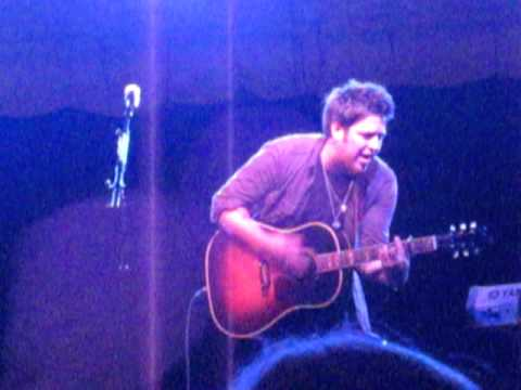 "Lee DeWyze singing ""Pretty Eyes"""