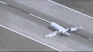 شاهد لحظة هبوط اضطراري مرعب لطائرة لم تفتح عجلاتها (فيديو)