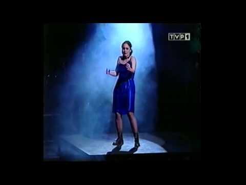 """Kinga Preiss wykonująca """"Klątwę Millhaven"""" na wrocławskim Przeglądzie Piosenki Aktorskiej"""
