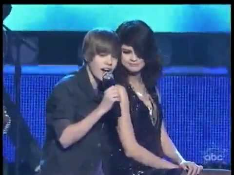 JUSTIN BIEBER SINGING TO SELENA GOMEZ ON STAGE 