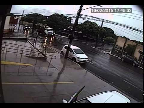 Carro salta ao passa por bueiro em Campo Grande-MS