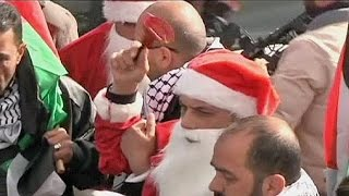 """جيش الاحتلال يعتدي على فلسطينيين بأزياء """"بابا نويل"""" في بيت لحم"""
